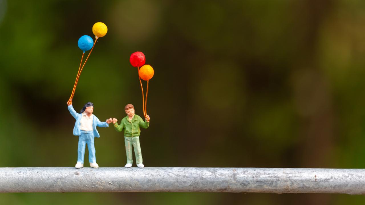 風船を持つ人のフィギュア