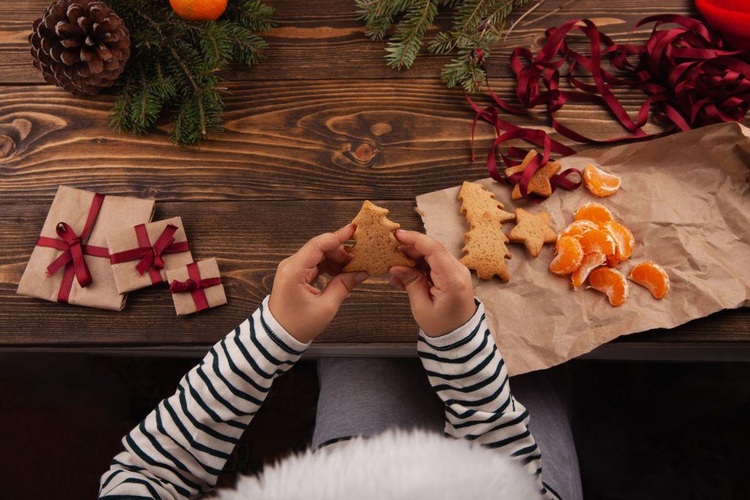 クッキーを持つ子ども