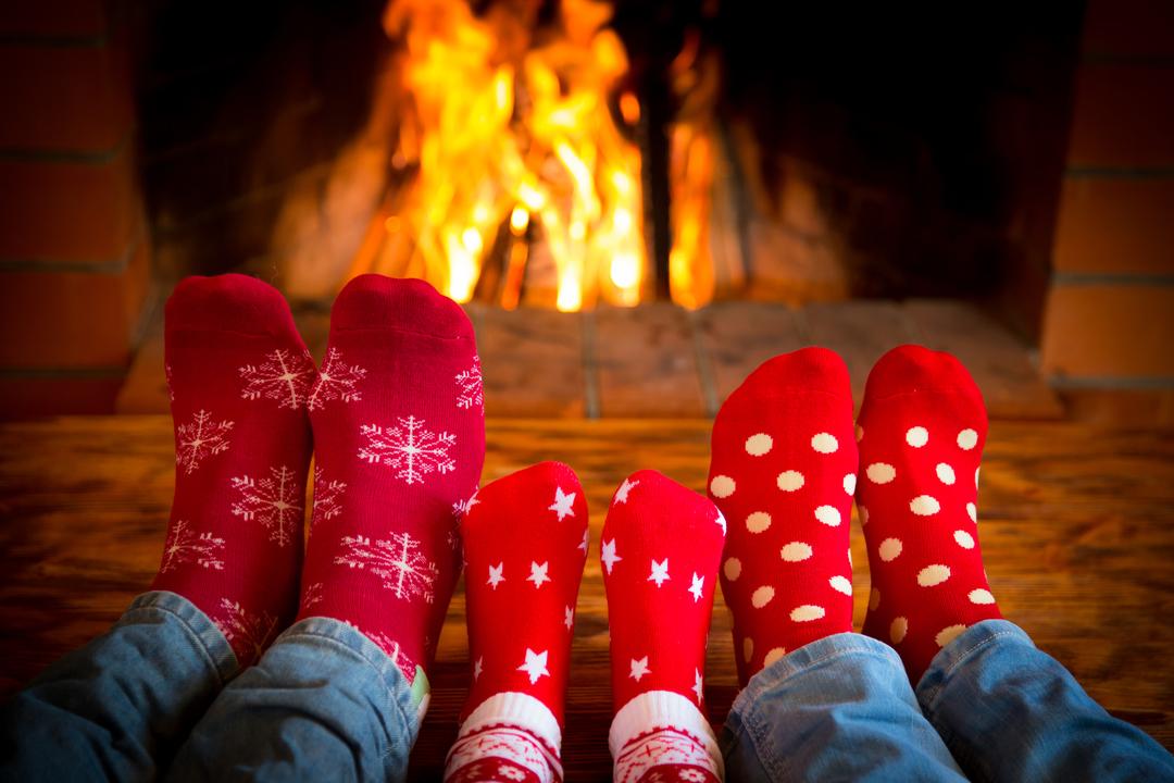 暖炉の前でくつろぐ家族の足元