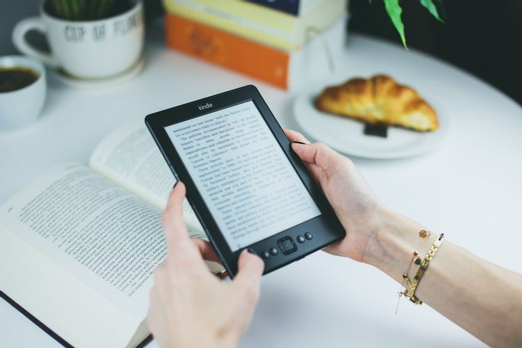 Using-a-kindle-and-a-physical-book