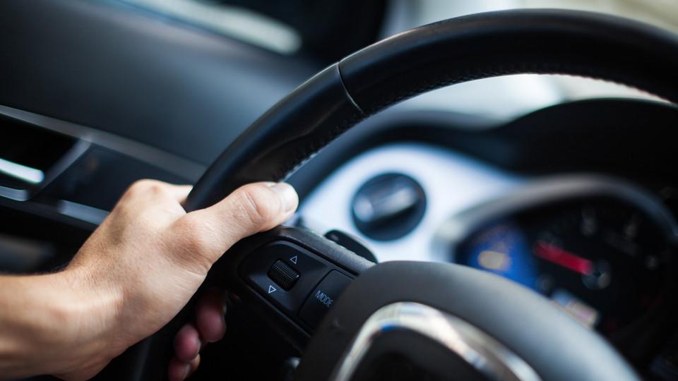車のハンドルロックを解除する方法