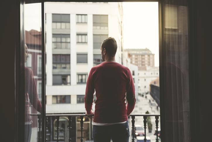 外を眺める男性