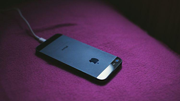充電ケーブルにつないだiPhone