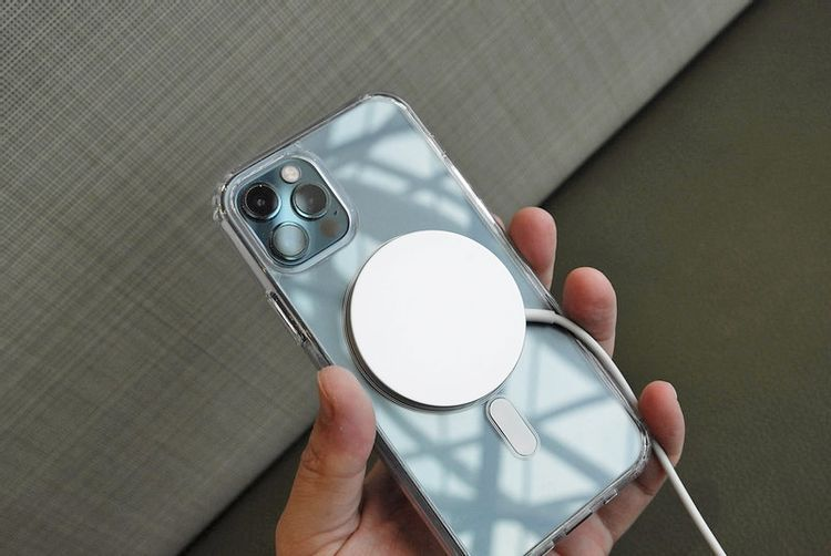 ワイヤレス充電器を付けたiPhone