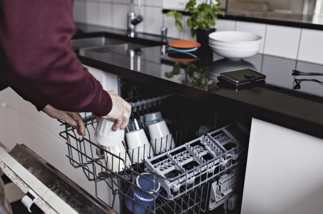 食洗機を使う男性