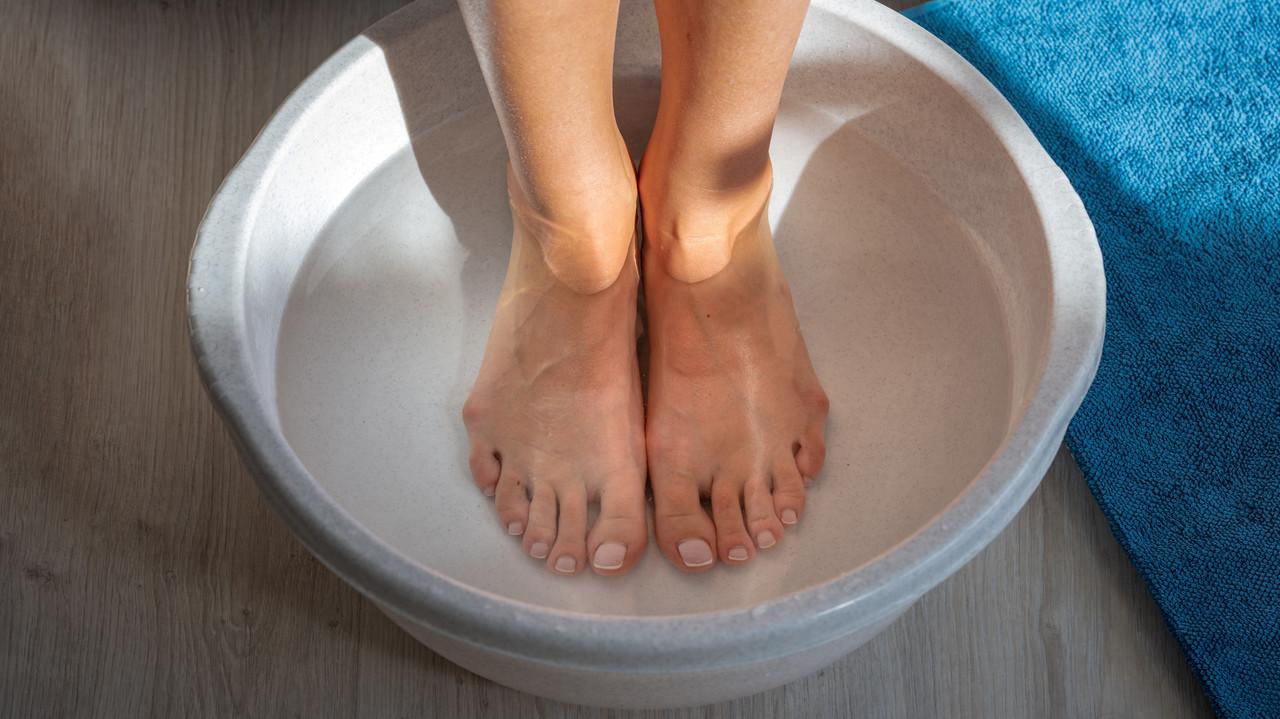 洗面器に漬けた足