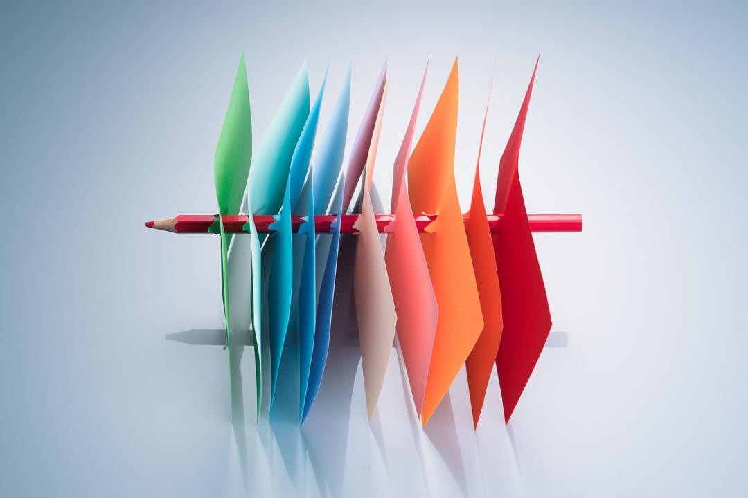 数枚の紙を射抜く鉛筆