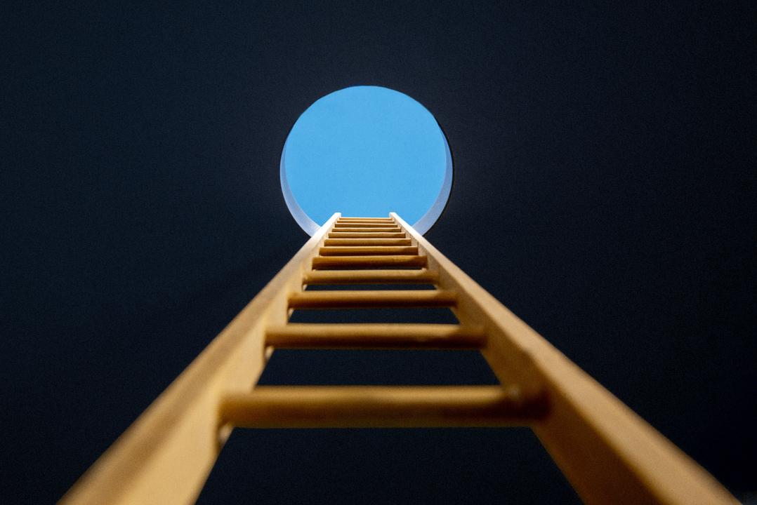 穴に向かって向けられたはしご