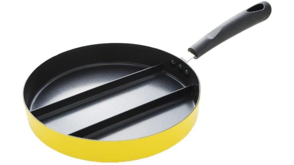3種のおかずをまとめて調理! 仕切り付きフライパンなら朝食やお弁当作りがラクラクに