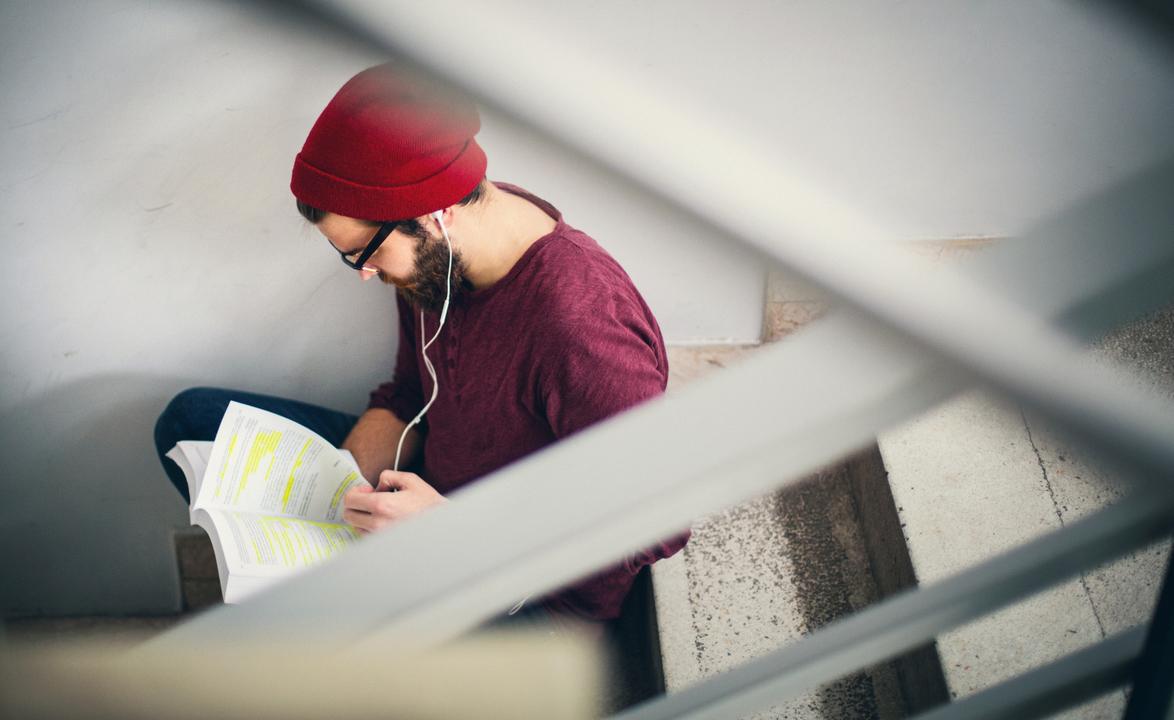 階段で本を読む男性