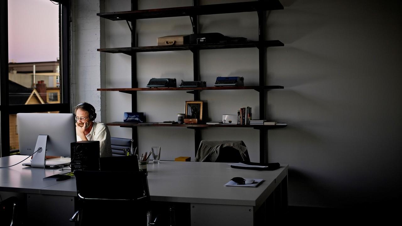 夕方に書斎で仕事する男性