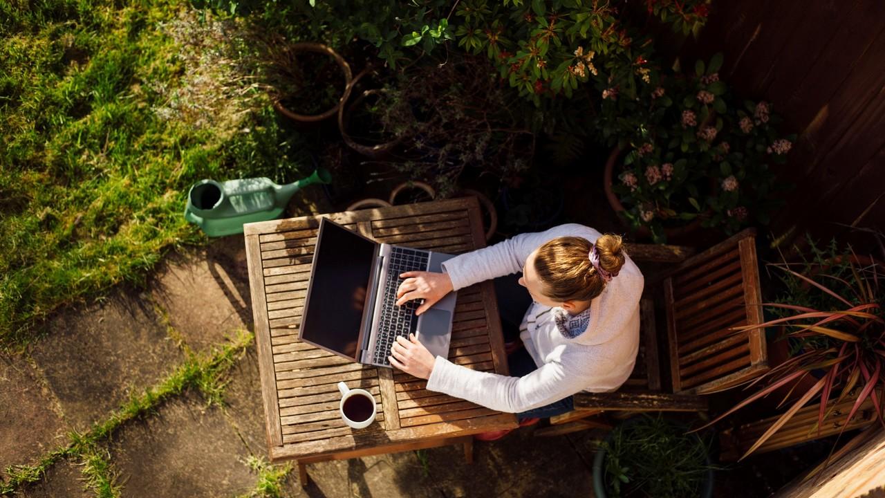 庭で作業する女性