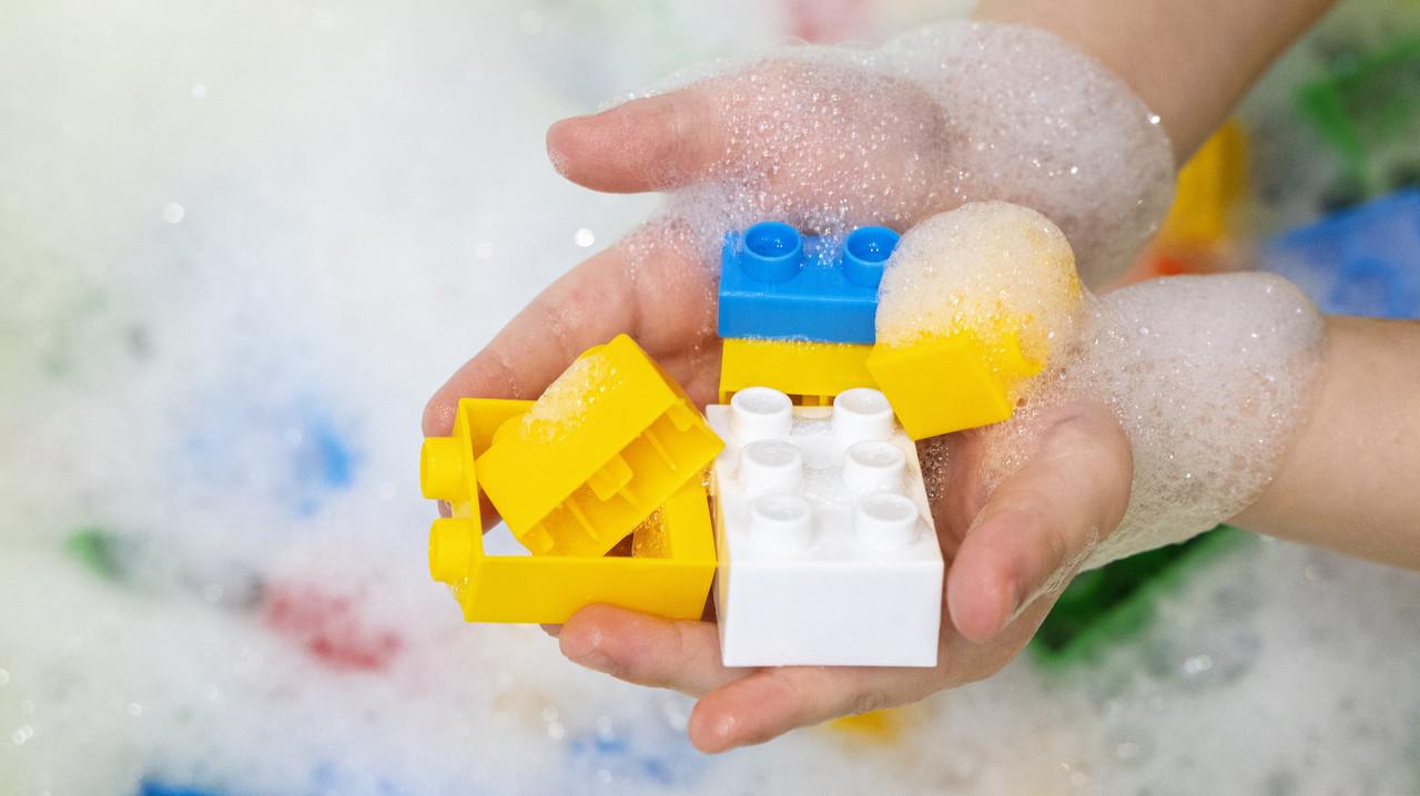 レゴ的なおもちゃを洗っている