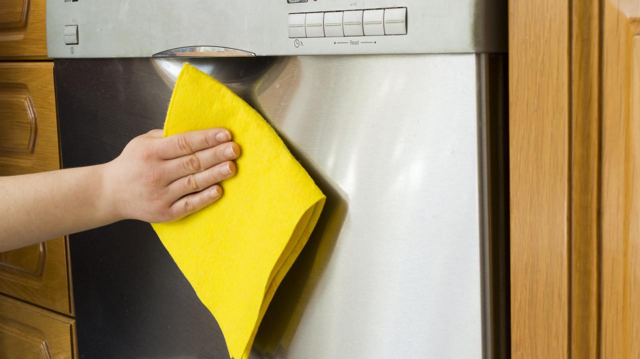 食洗機を拭いている