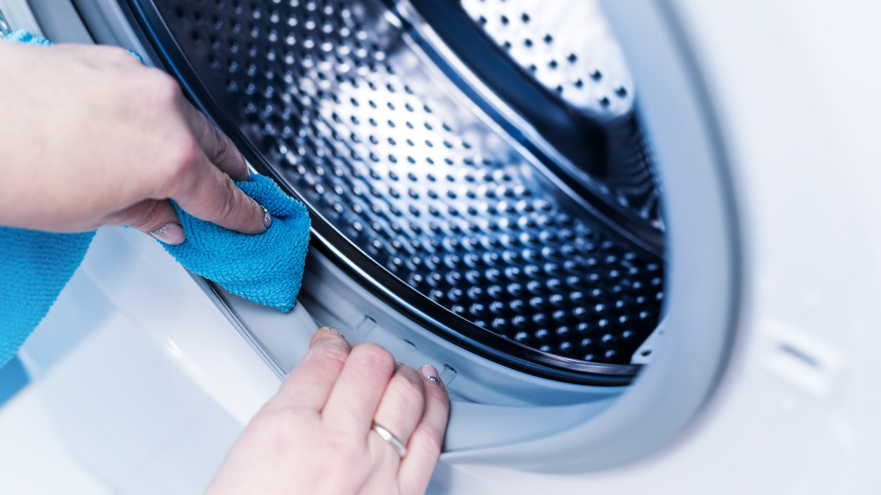 洗濯機を掃除している