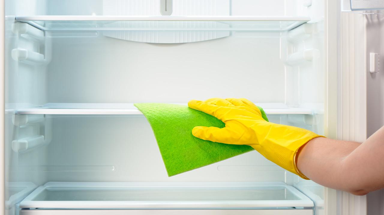冷蔵庫内部を掃除している