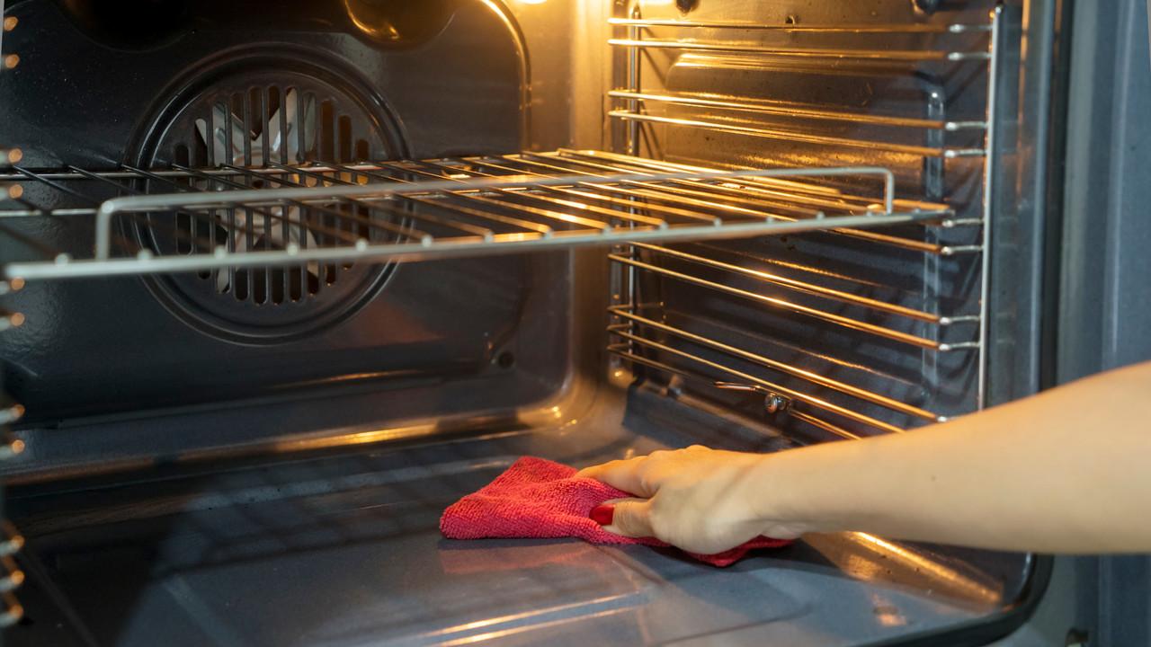 オーブンを拭いている