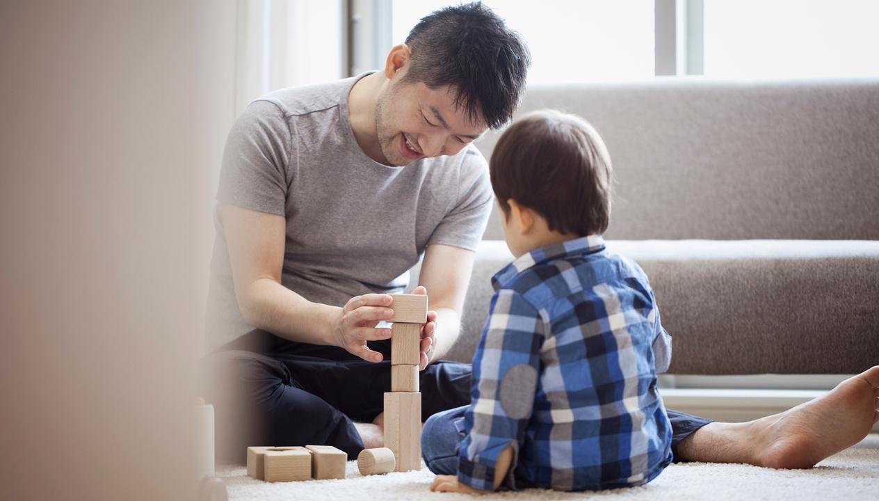 積み木をする親子