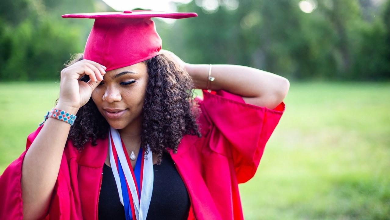 卒業式の格好をした女性
