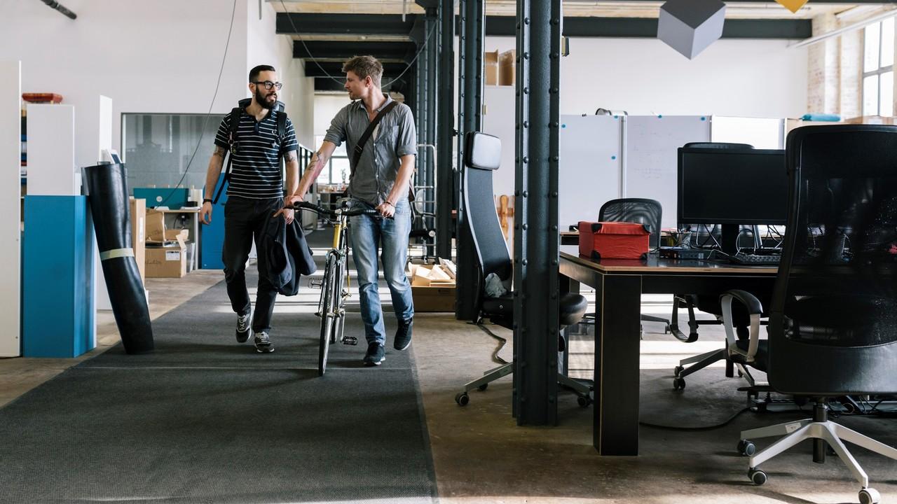 オフィスで会話する男性2人