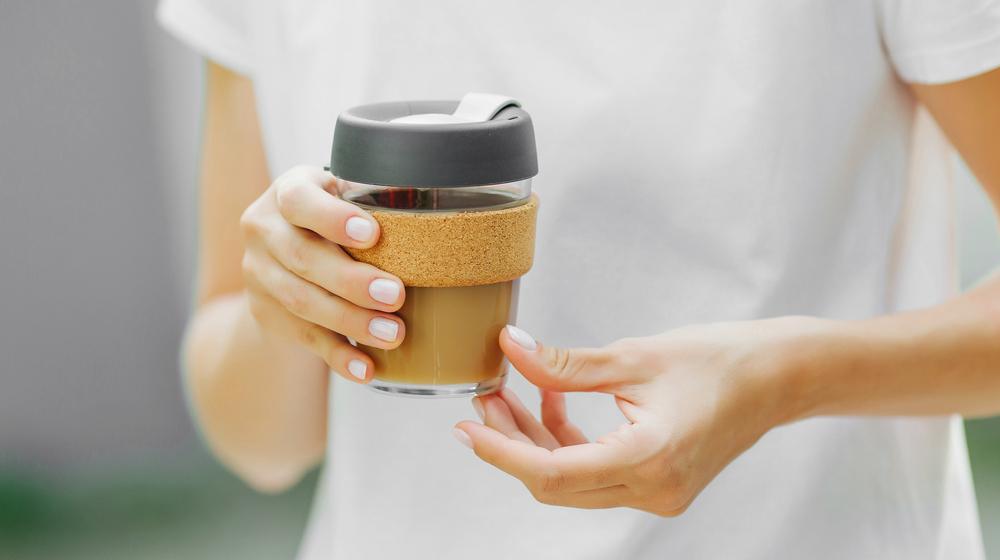 コーヒーを持つ