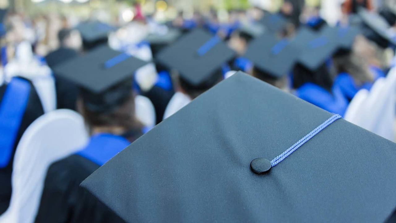 卒業式の卒帽のアップ
