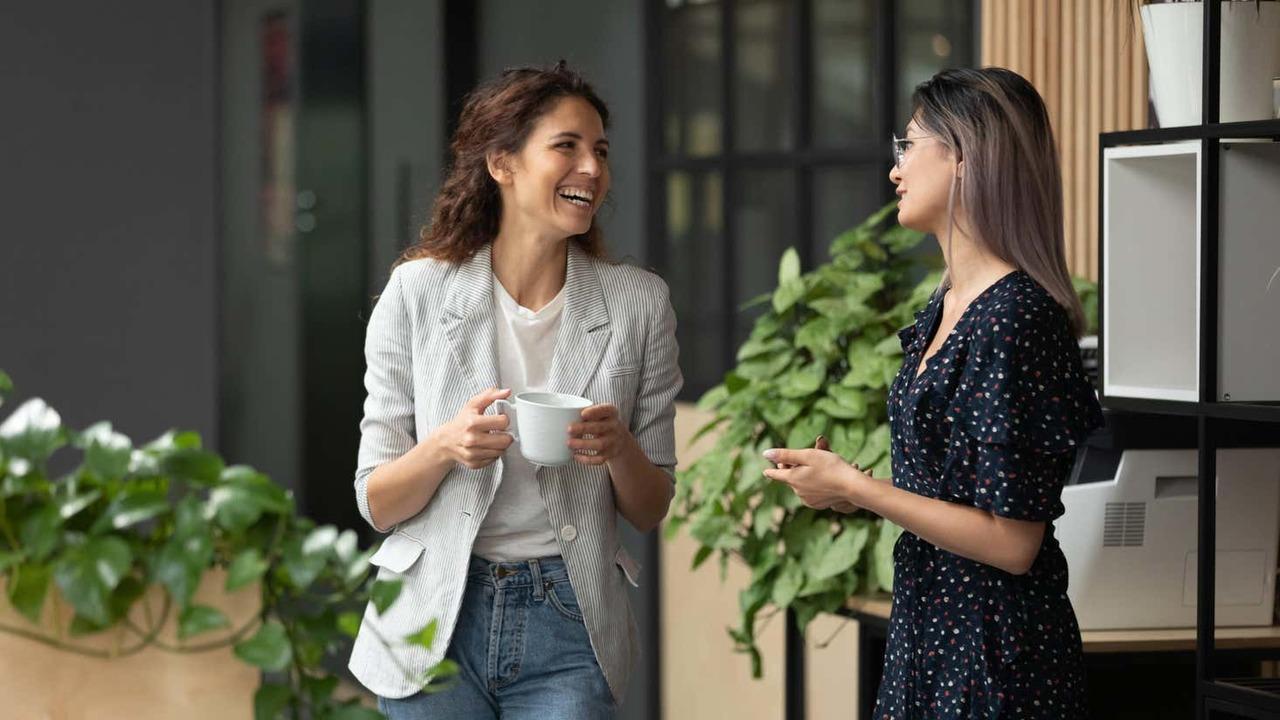 立ち話をする女性2人