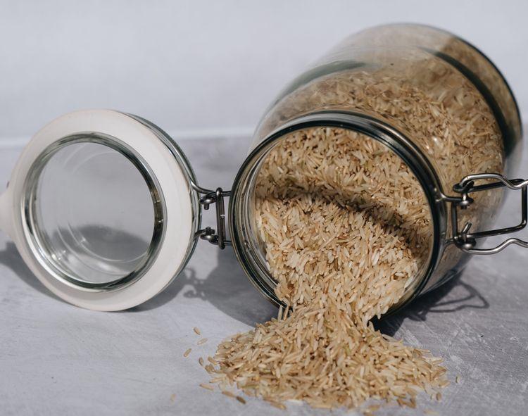 倒れた瓶から出ているお米