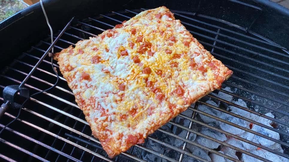 炭火で焼かれる四角形のピザ