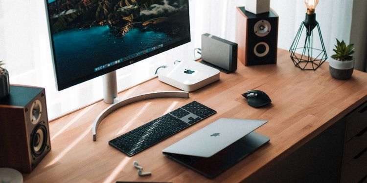 Mac miniとMacBookのあるデスク