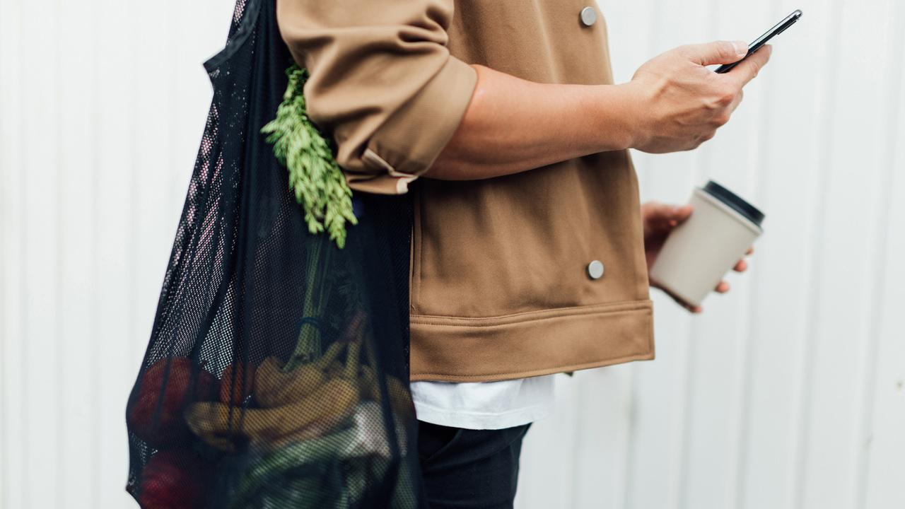 買い物する男性
