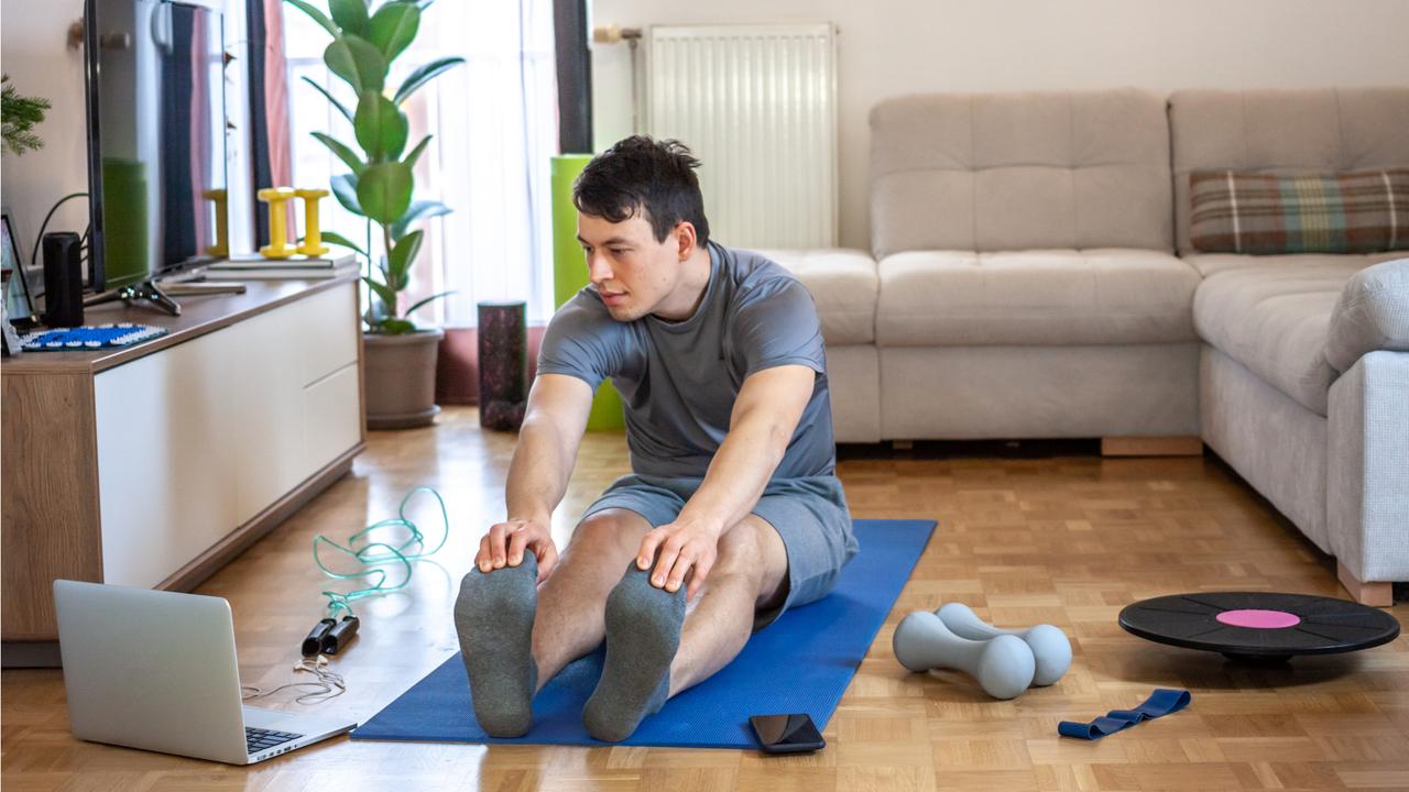 自宅でトレーニングする男性