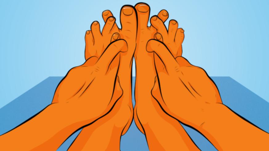 指をクロスしている足と手