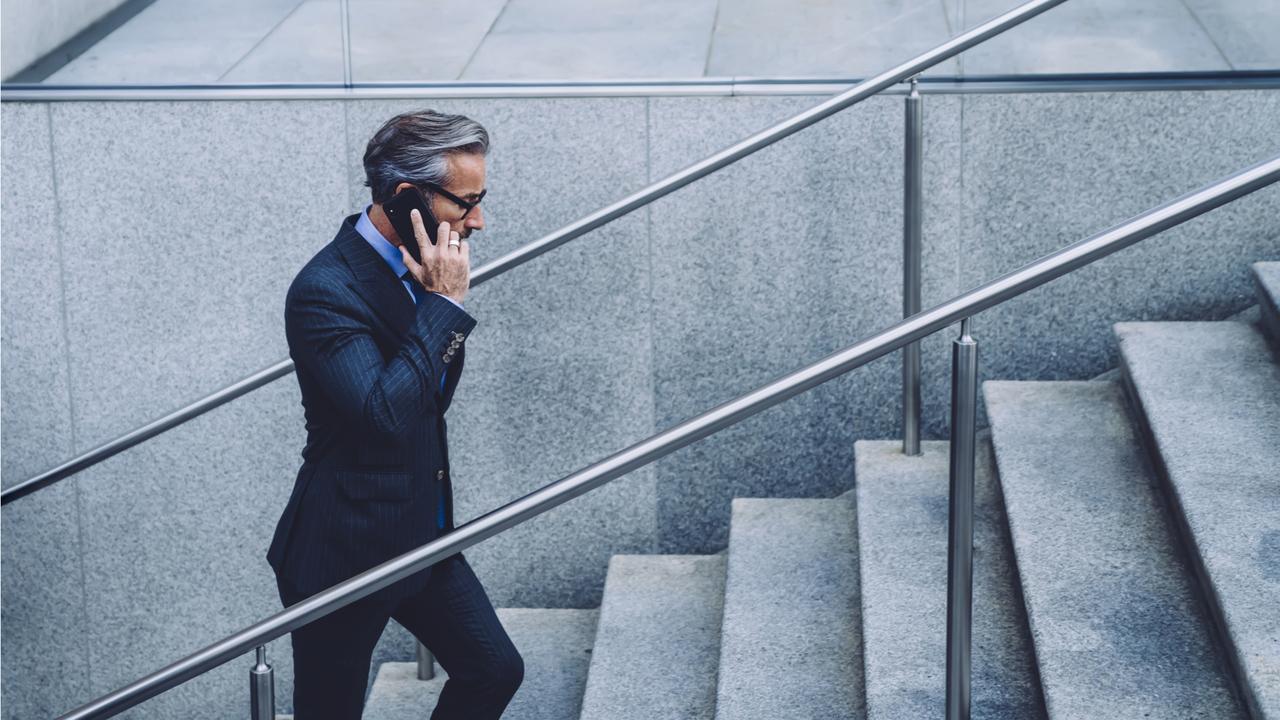 通話しながら階段を上る男性