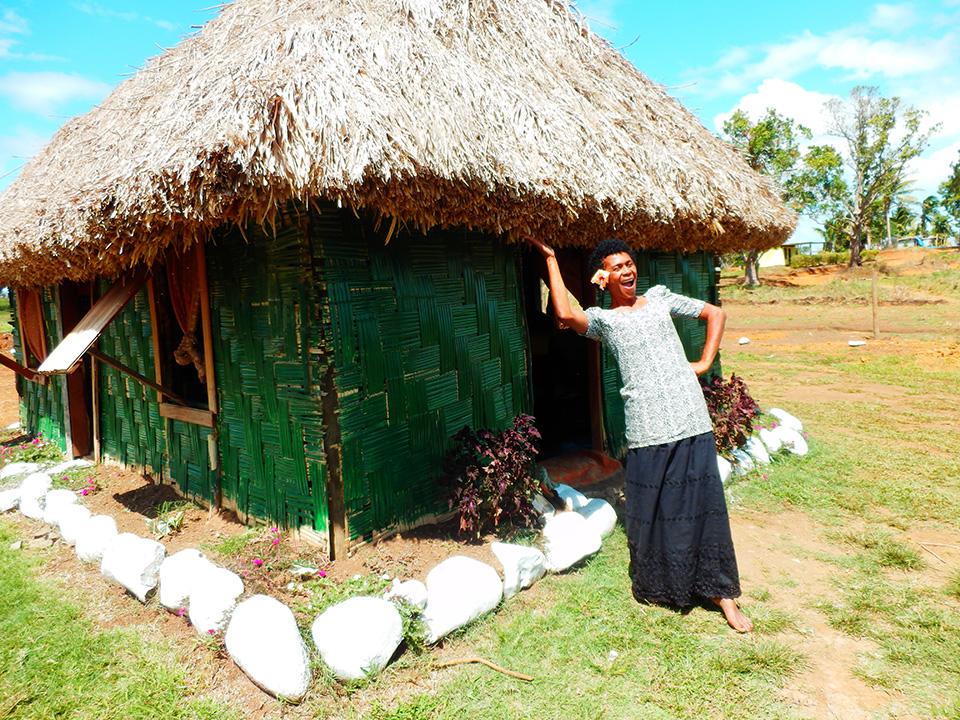 LHマッサージ小屋の前で陽気に営業するおばちゃん