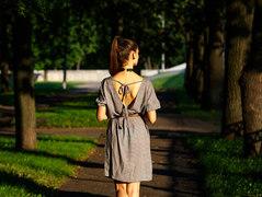 背中に天使の羽を作る肩甲骨ストレッチ法