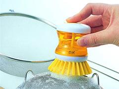 これなら楽しくはかどりそう。ビタミンカラーのお掃除ブラシ