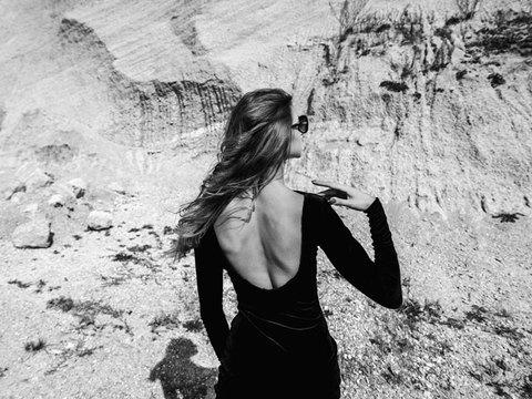 服をカッコよく着こなすには、背中の筋肉と坐骨を意識する