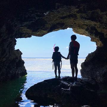 透明のカヌーに乗って。沖縄で魚と泳ぐ夏休み