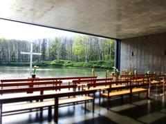 大自然と交感する北海道トマムの「水の教会」へ