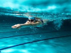 水泳と水中ウォーキングで無理せず効率よく体を鍛えるコツ