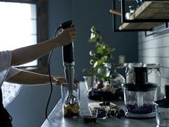 コーヒー豆も挽ける最新ハンドブレンダーで、料理の下ごしらえがこんなにラクに