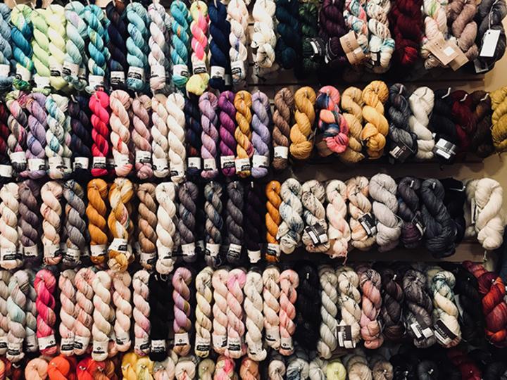 手染めの毛糸の美しさ 。日本とアメリカの編み物