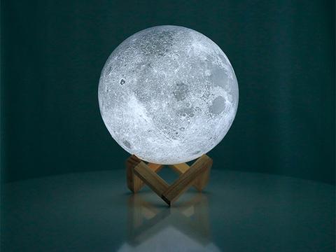 見たこともない「月」の裏側まで、リアルに再現する間接照明
