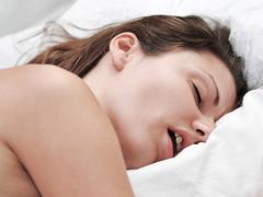 装着して寝るだけ。「いびき」を解消するウェアラブルデバイス