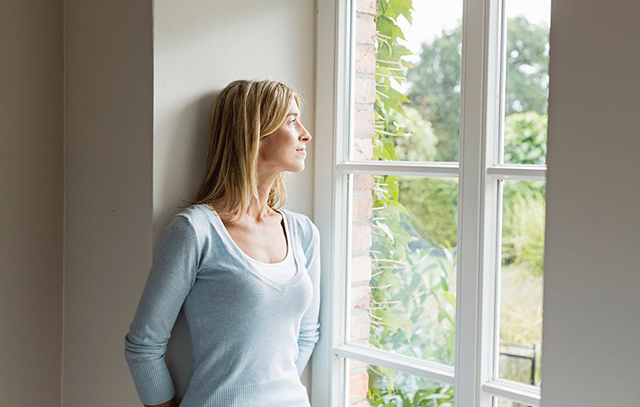 01_640_woman-staring-out-window-1000x636