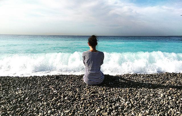 02_640_woman-looking-ocean-1000x636