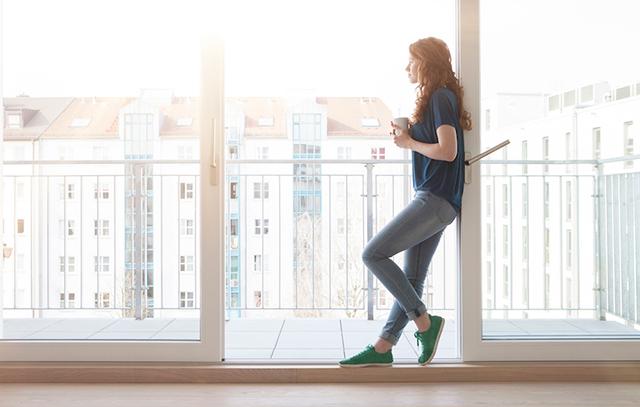 08_640_woman-looking-at-window-1000x636
