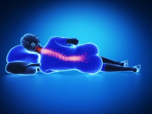 横たわる女性の背骨