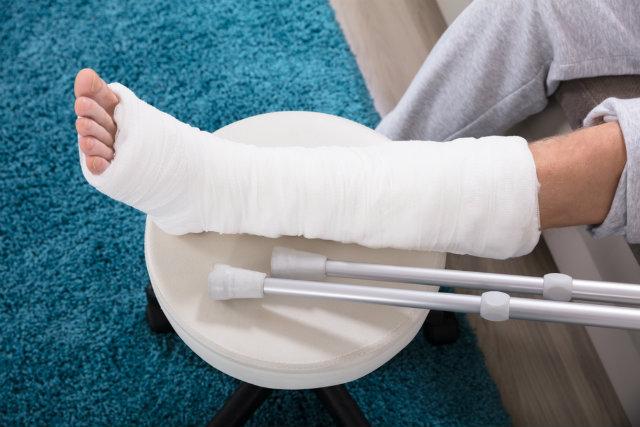 足を骨折した人